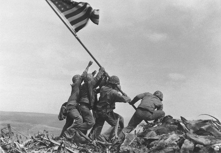 Esta imagen icónica está incluida en las imágenes más influyentes de la revista Time de todos los tiempos. La foto retrata a unos marinos estadounidenses levantando la bandera sobre el monte Suribachi de Japón.(Archivo/AP)