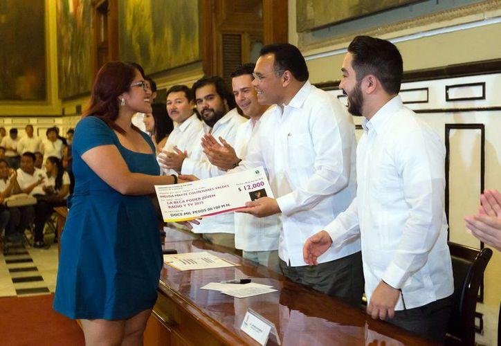 Durante la ceremonia, el Gobernador entregó becas del esquema Poder Joven a diversos jóvenes. (Milenio Novedades)