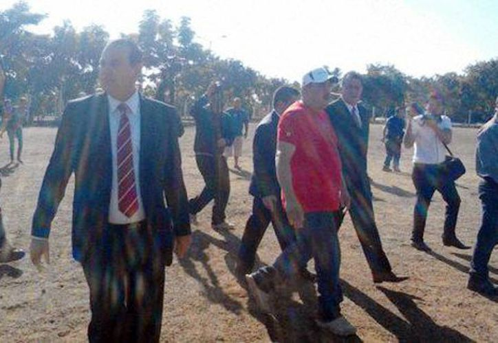 'El Americano' al momento de llegar a la cancha de fútbol de Buenavista Tomatlán para entregarse a las autoridades. (Quadratín)