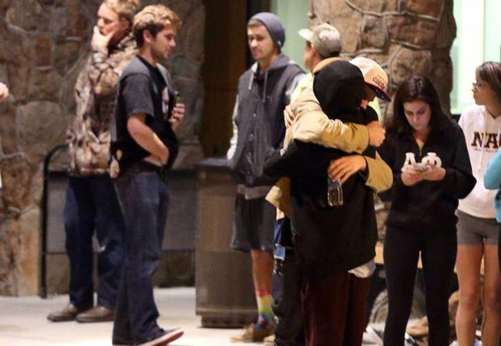 Los estudiantes se abrazan afuera de una sala de emergencias de un hospital en Flagstaff, Arizona. (Agencias)