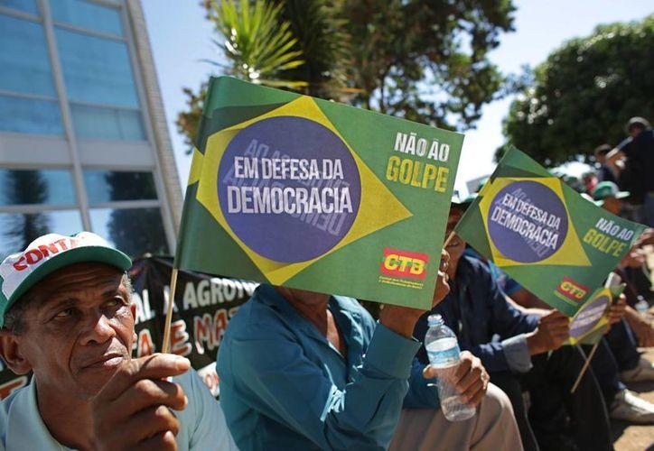 Brasil vive una intensa crisis política que no solamente causó la destitución de la presidenta Dilma Rousseff, sino que también está haciendo que caigan uno a uno los ministros del presidente interino, Michel Temer. (AP)
