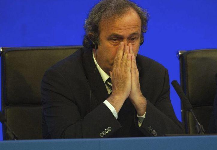 Según Michel Platini, 'algo o alguien' trata de desacreditarlo para evitar que presente su candidatura a la presidencia de FIFA. (EFE/Archivo)