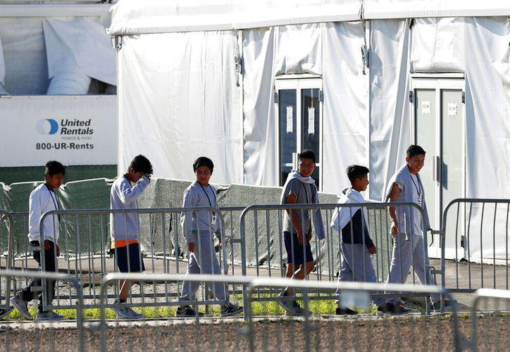 Niños migrantes han revelado que recibieron tocamientos y tratos indebidos por parte de elementos de la Patrulla Fronteriza de Estados Unidos. (AP/Wilfredo Lee)