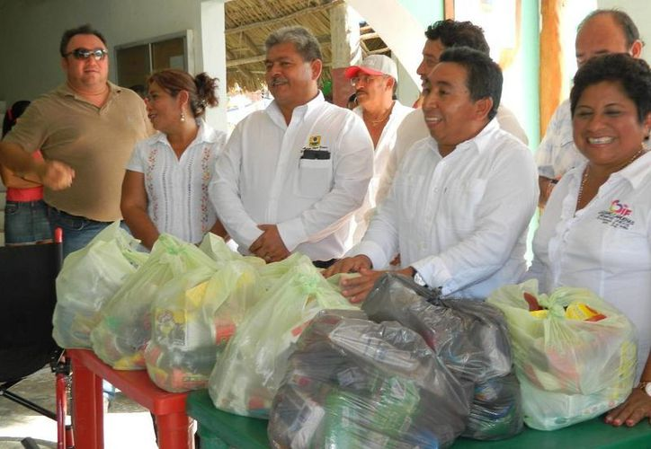 El presidente municipal encabezó la entrega de despensas. (Raúl Balam/SIPSE)