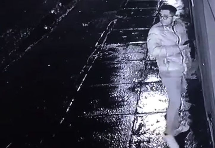 El joven prefirió aventar su celular antes de ser víctima de un asalto. (Foto: Captura de video)