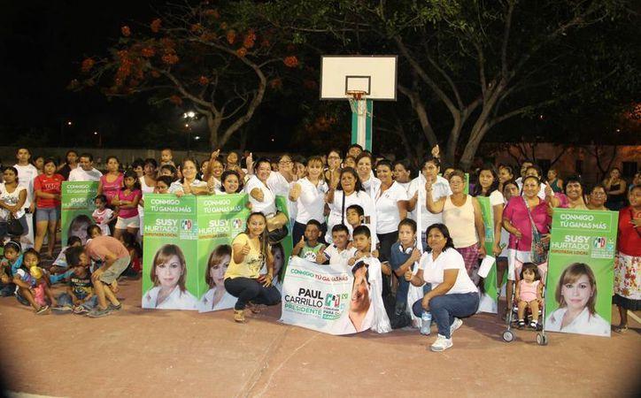 La candidata con las mujeres que la acompañaron en las canchas deportivas de las regiones 201 y 102. (Cortesía/SIPSE)