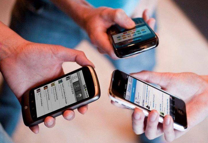 """Las avionetas están equipadas con dispositivos conocidos como """"dirtyboxes"""" que logran que teléfonos móviles les reporten su información única de registro. (elescrutinio.com)"""