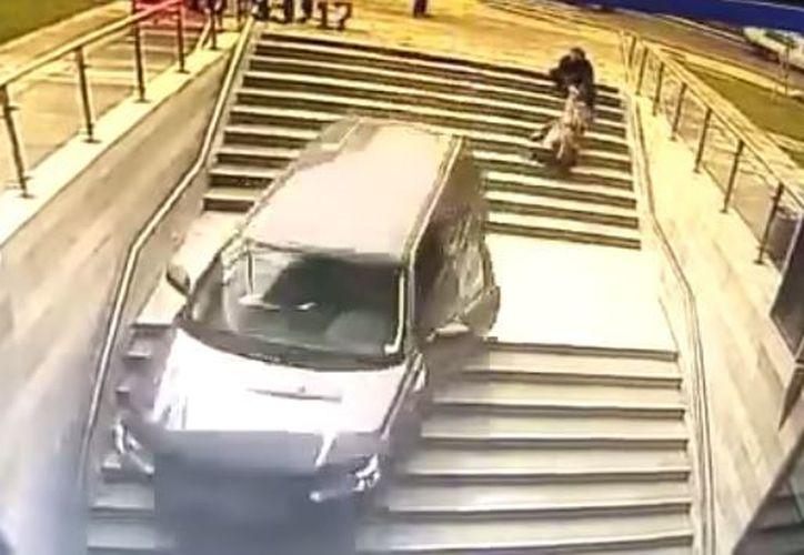 La camioneta quedó detenida por unos instantes y terminó de caer en la entrada principal. (Foto: YouTube)