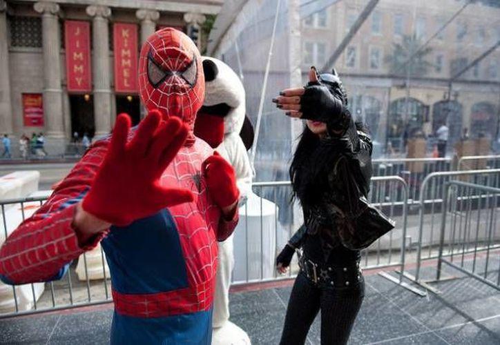En el Times Square de Nueva York es común encontrarse con gente disfrazada de Spider-Man que viven de las fotografías que se toman con turistas. (mychannel957.com)