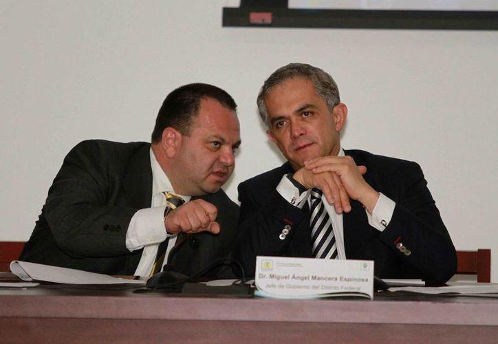Jesús Rodríguez Almeida platica con el jefe de gobierno capitalino durante la presentación de la aplicación. (Notimex)