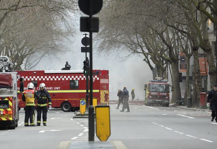 Cerca de 70 efectivos de los bomberos se requirieron para empezar a apagar un incendio que trastocó las actividades en el centro de Londres. (EFE)