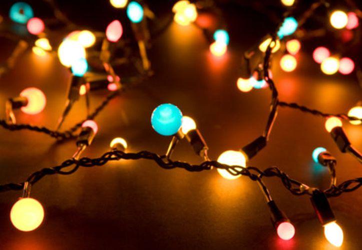 Las luces tienden a esconderse dentro del árbol de Navidad. (Contexto/Internet)