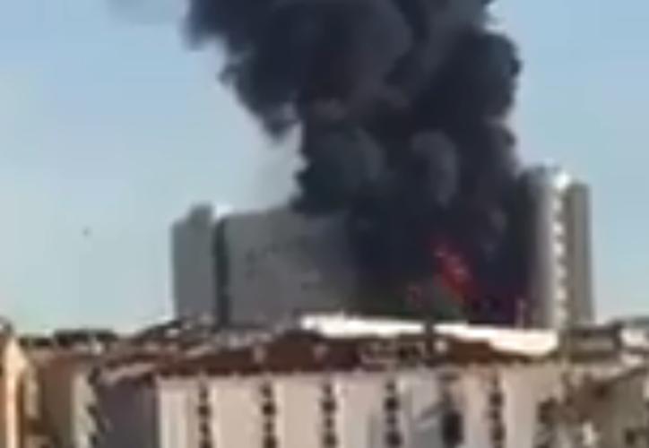 Las llamas afectan al Hospital Taksim. (Twitter)