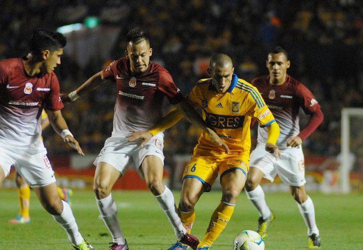Monarcas Morelia se salvó con el gol de último minuto que metió Carlos Ochoa en el partido ante Tigres. (Notimex)