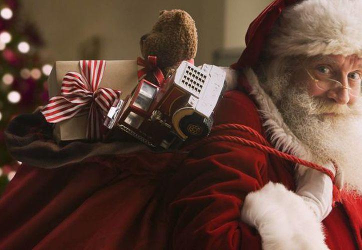 """""""Tengo varios amiguitos enfermitos que cada año me visitan; no importa que sus cuerpos sean adultos, su mente de niños siempre me genera una sonrisa y pienso que yo también a ellos"""", asegura Santa Claus. (Milenio Novedades)"""