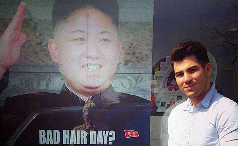 """El anuncio, protagonizado por un sonriente Kim Jong Un, ofrece un paquete de descuentos a los clientes con la leyenda """"Bad hair day?"""" (""""¿Mal día con tu cabello?""""). (Excelsior)"""