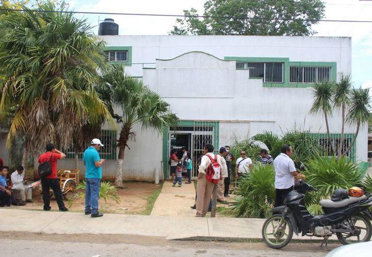 Los productores salen de su comunidad a las cinco de la mañana para ir a las oficinas y las abres hasta las 10 y con malos modos. (Jesús Caamal/SIPSE)