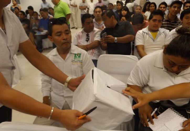 Durante el foro, los estudiantes formularon preguntas, que metieron en una urna, y luego fueron respondidas al azar por los candidatos. (Daniel Pacheco/SIPSE)
