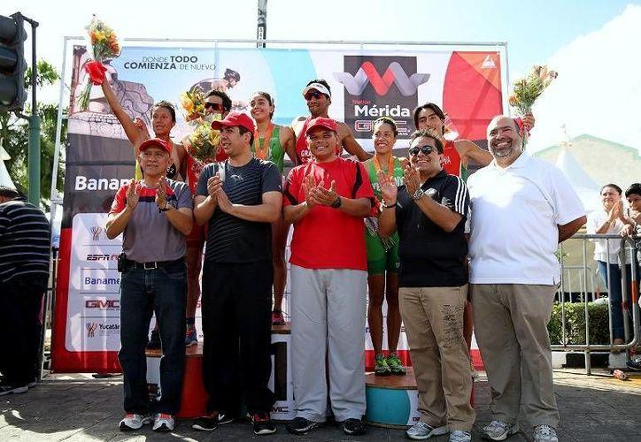 El Gobernador dio el banderazo de salida a los más de mil 300 atletas de 28 entidades del país que participaron en el Triatlón Mérida GMC 2014. (Cortesía)