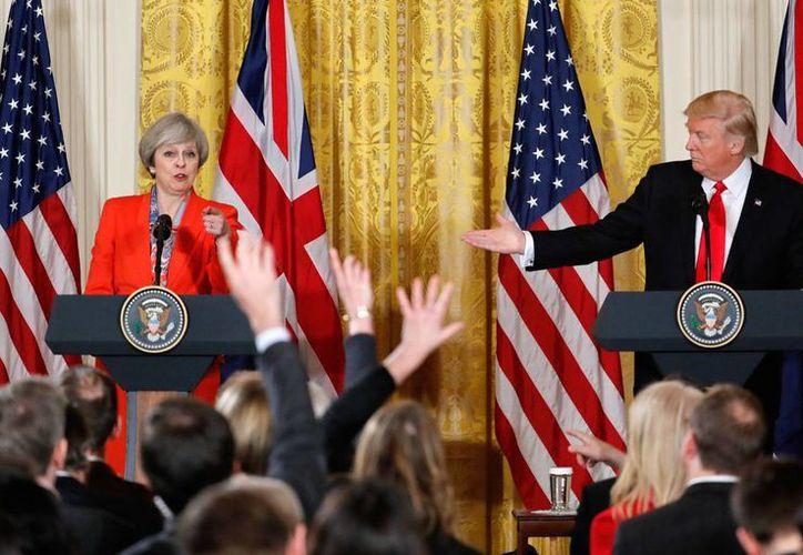 El presidente de EU, Donald Trump, y la primera ministra británica, Theresa May, durante la conferencia de prensa que ofrecieron el viernes 27 de enero de 2017, en la Casa Blanca. (AP/Pablo Martínez Monsiváis)
