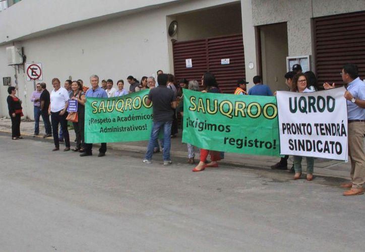 El personal de la universidad hace públicas sus peticiones a las autoridades estatales. (Daniel Tejada/SIPSE)