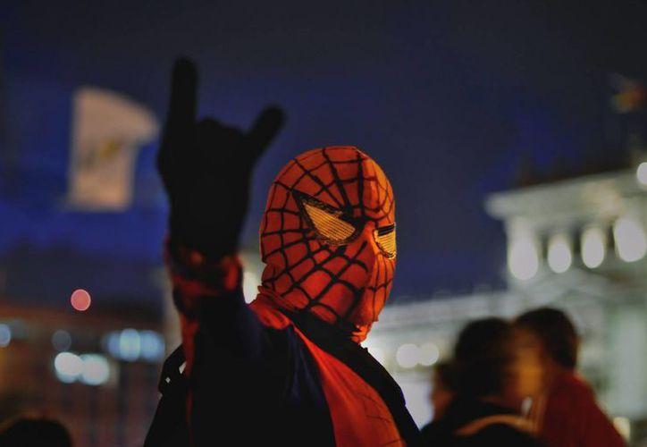 NY estudia la posibilidad de regular a los cientos de disfrazados que se citan en Times Square para vender fotografías. (EFE)