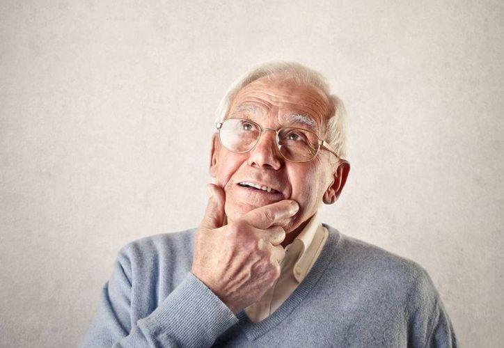Expertos aseguran que de 10 a 15 años antes se pueden presentar problemas olfatorios, que es una antesala al Alzheimer. (Agencias)