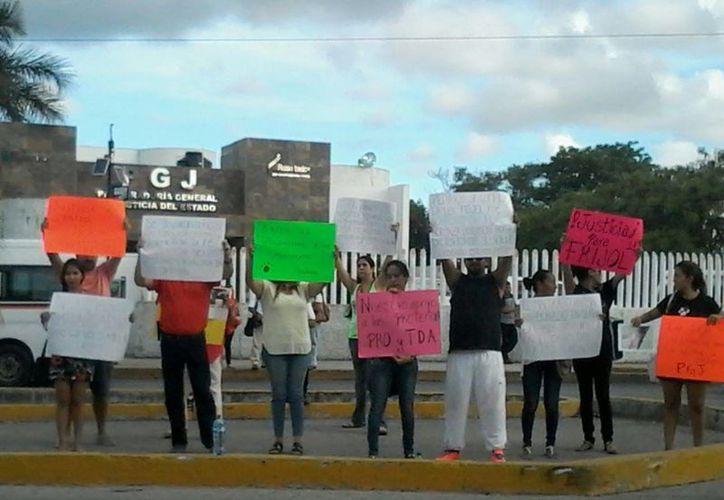 Más de 50 personas protestaron frente a la Procuraduría General de Justicia del Estado. (Lara Alfaro/SIPSE)