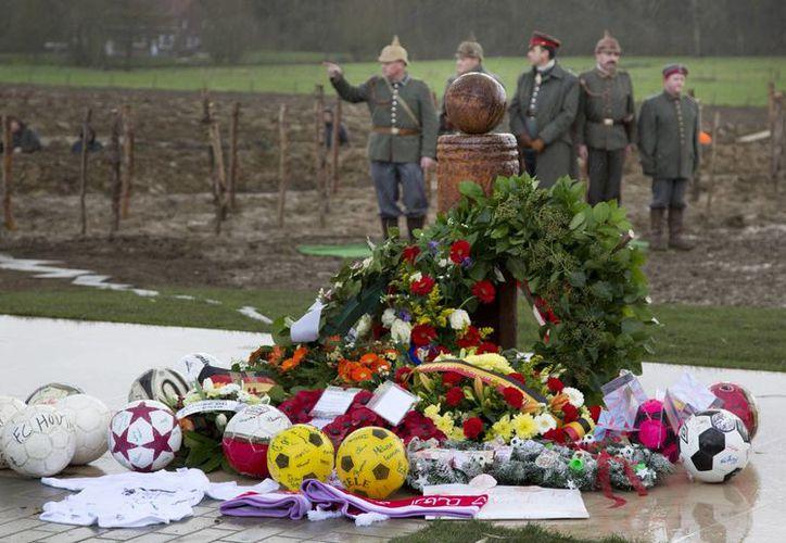 Entre amapolas y pelotas se recordó la Tregua de Navidad de 1914. (Foto: AP)