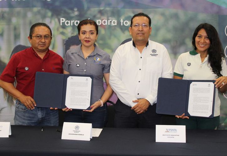 La firma del convenio de colaboración mediante el cual entregarán becas. (Adrián Barreto/SIPSE)