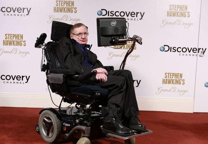 El físico británico Stephen Hawking padece esclerosis lateral amiotrófica (ELA) que ha ido agravando su estado con el paso de los años, hasta dejarlo casi completamente paralizado. (Archivo SIPSE)