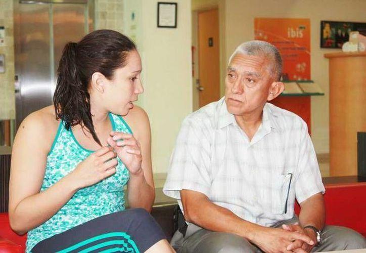 La yucateca Karen Achach con el director del IDEY, Juan Sosa. (SIPSE)