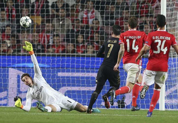 José Callejón (de negro) anota en partido del Benfica contra el Napoli en Portugal. Al final ambos clubes avanzaron a octavos de final de la Liga de Campeones de Europa. (AP)