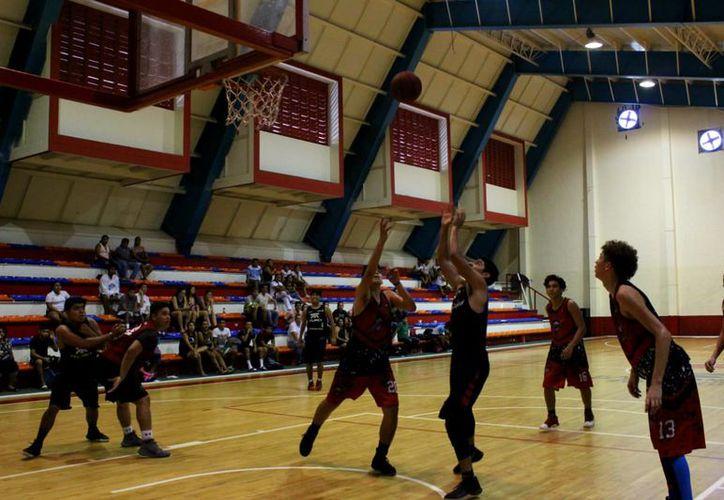 Intenso arranque tuvo el campeonato de baloncesto en Cancún. (Raúl Caballero/SIPSE)