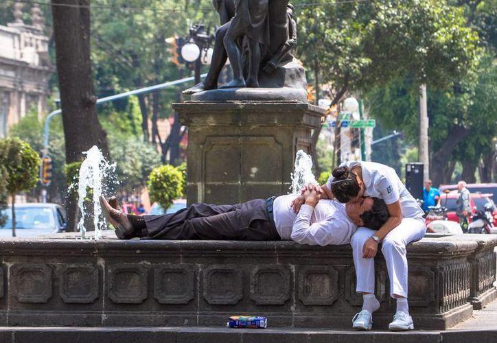 En cualquier época o cultura, el beso siempre ha representado un símbolo de alianza, solidaridad y afecto entre la gente. (Notimex)