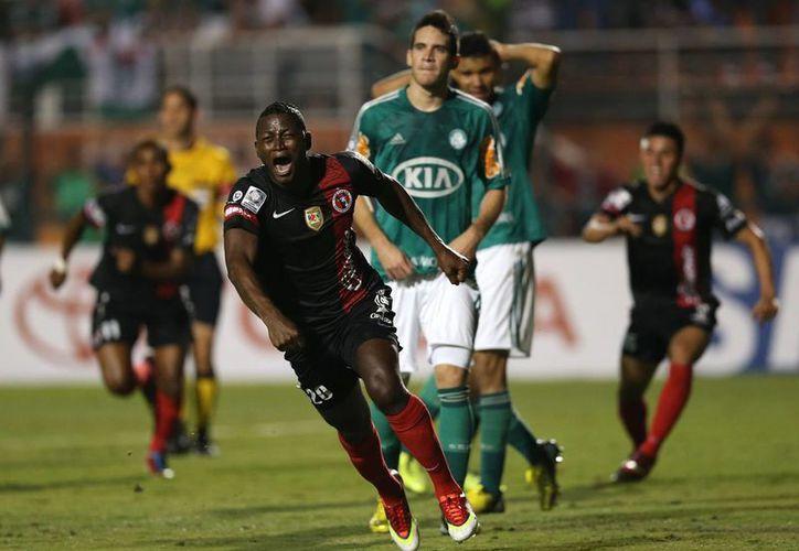 Duvier Riascos, de Tijuana, celebra el gol que puso en ventaja a su equipo, ante Palmeiras. (Agencias)