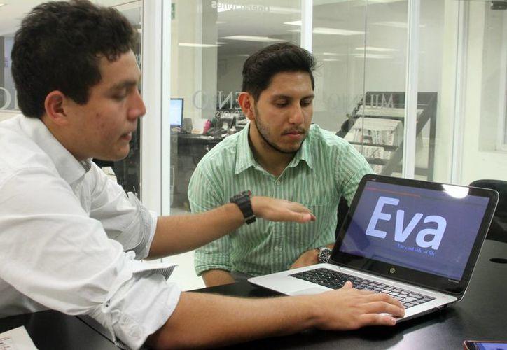 Imagen de  Roberto Ortiz Fernández y Raziel Cachón Herrera, quienes desarrollaron un sistema de enfriamiento sin electricidad. (César González/SIPSE)