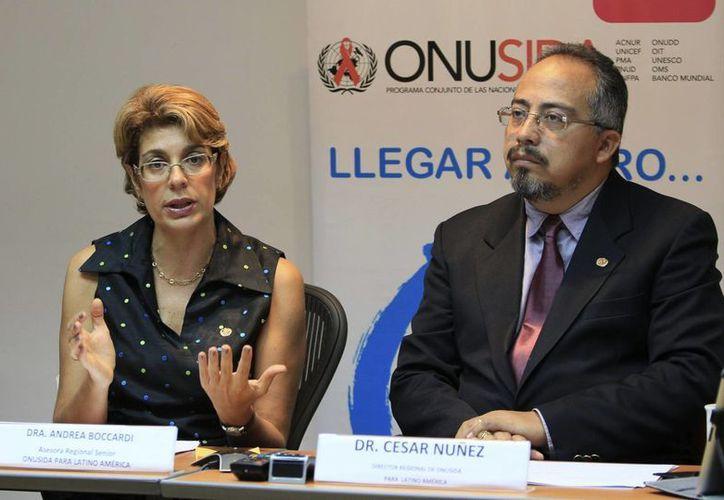 El director regional de Onusida para América Latina, César Núñez, y la asesora del organismo Andrea Boccardi. (EFE)