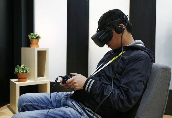 Yining Zhou utiliza el visor con auricular Oculus Rift VR en el stand de Oculus en el CES Internacional en Las Vegas, Nevada, EU. (Agencias)