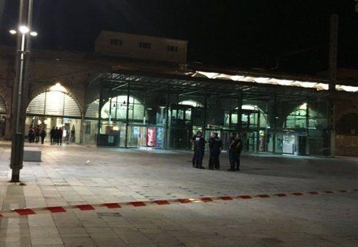 La policía francesa desmiente que haya habido disparos durante el incidente. (Foto: Twitter)