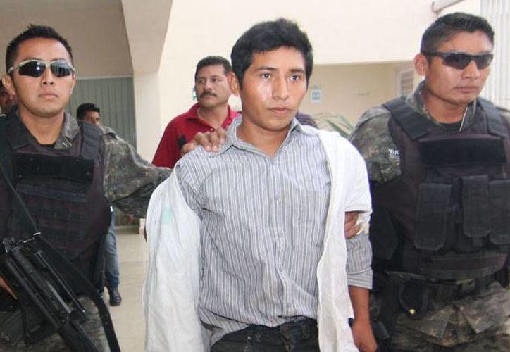 Roger Antonio Pool Cab, acusado de doble homicidio en Acanceh, durante su traslado a Yucatán el martes 17 de diciembre, cuando fue capturado en Ciudad del Carmen, Campeche. (SIPSE)