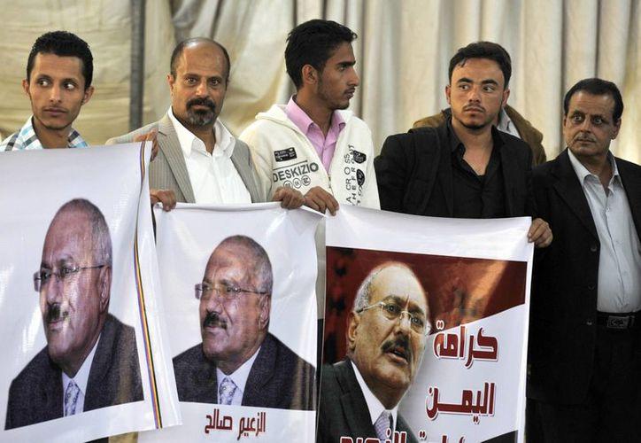 Seguidores del expresidente yemení Alí Abdalá Saleh, muestran carteles con su imagen durante una protesta contra Estados Unidos el pasado jueves en Saná. (EFE)