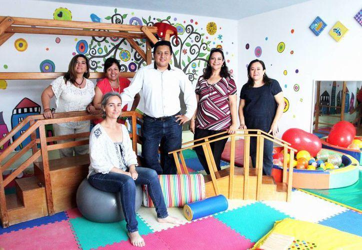 En la organización Cedidown IAP, Centro de Intervención e Inclusión de las personas con el síndrome de Down y sus Familias, se promueven las técnicas más recientes para que el niño alcance su máximo potencial. Imagen de los integrantes de la asociación. (Milenio Novedades)