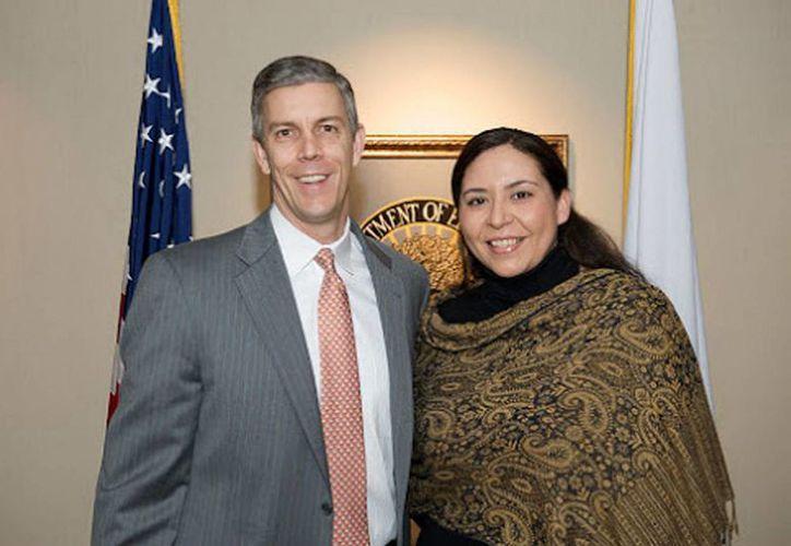 Alejandra Ceja es la actual Directora Ejecutiva de la Iniciativa para la Excelencia Educativa Hispana de la Casa Blanca; aquí aparece al lado de su jefe inmediato, el Secretario de Educación, Arne Duncan. (Notimex)