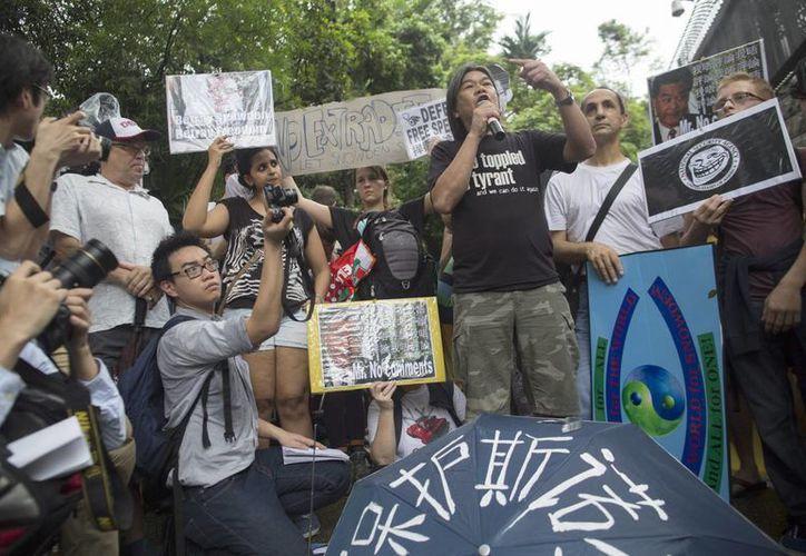 Protesta en Hong Kong a favor de  Edward Snowden, quien relevó el programa masivo de espionaje estadunidense. (EFE)