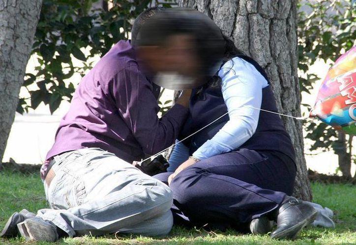 Las autoridades indican que también aumentó la cifra de mujeres portadoras del VIH debido a que sus parejas mantienen relaciones sin protección con otros hombres. La imagen se utiliza con fines estrictamente referenciales. (Archivo/Notimex)