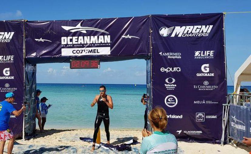 Con su triunfo, Betanzos clasificó al Oceanman World Championship, en noviembre próximo, en Dubái. (Ángel Villegas/SIPSE)