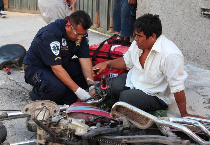 A pesar de lo duro del golpe, el guiador de la motocicleta no tuvo daños graves. (SIPSE)