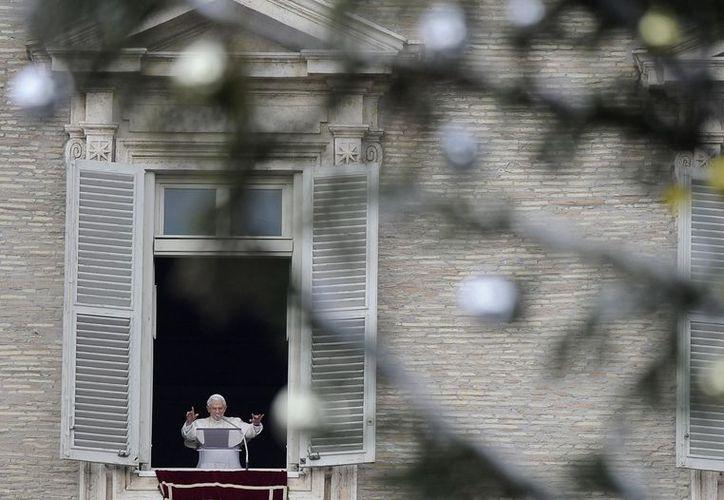 El papa Benedicto XVI oficia el tradicional rezo del Angelus en la plaza de San Pedro. (EFE)