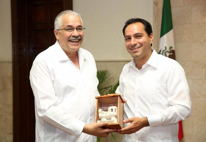 En días pasados se reunieron el alcalde meridano Mauricio Vila y el embajador de Cuba en México, Dagoberto Rodríguez. (Fotos cortesía del Ayuntamiento de Mérida)